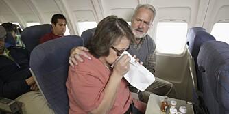 UBEHAG PÅ FLYET: Hvis du vil unngå å bli bevegelsessyk på flyet, er det en fordel å be om plass over vingen ved vinduet.