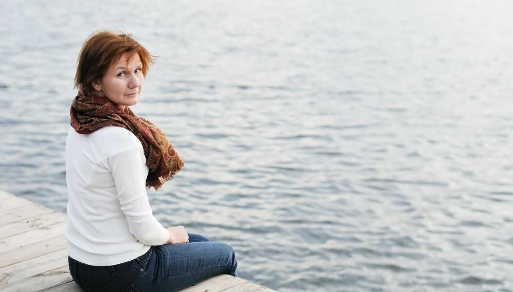 Plager i overgangsalderen kan være hetetokter, humørsvingninger, søvnvansker, depresjon, tørre slimhinner i underlivet og vektoppgang.
