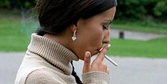 DÅRLIG TREKK: Mange prøver å røyke for første gang i tenårene. Bærer du et spesielt gen, kan det første trekket være nok til å bli avhengig, mener forskere.