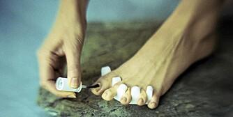 NEGLENE: Når du klipper tåneglene, skal du klippe rett over, ikke ned langs kantene. Så er de klare til å lakkes.
