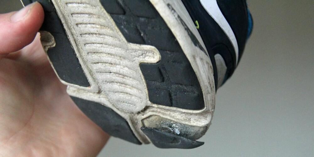 I OPPLØSNING: Flere biter av sålen faller av etter lett fritidsbruk, og dempingen i joggeskoene er dårlig.