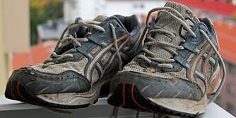 BYTT UT: Løplabbet anbefaller å bytte løpeskoene etter ett år selv om de ikke er slitt på overflaten. Asics-skoene fra 2005 tilhører journalisten. De er helt intakt, men passer best til malearbeid.