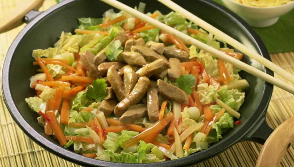 WOK LENGE NOK: Har du ferske bambusspirer, minimais, bønner eller erter i woken, er det viktig å woke lenge nok - til alle grønnsakene er gjennombehandlet.