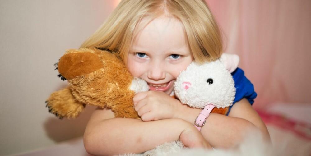 I TYKT OG TYNT: Kaninbamsen var en god venn og trøst da Anine lå på sykehus, og er det fortsatt.