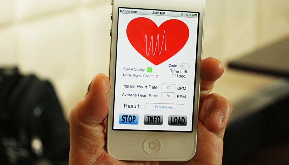 SKANNER: Bildet viser appen som skanner inn informasjonen fra fingeren gjennom kameralinsen. Den hvite stripen i hjertet beveger seg opp og ned mens pulsen din leses av.