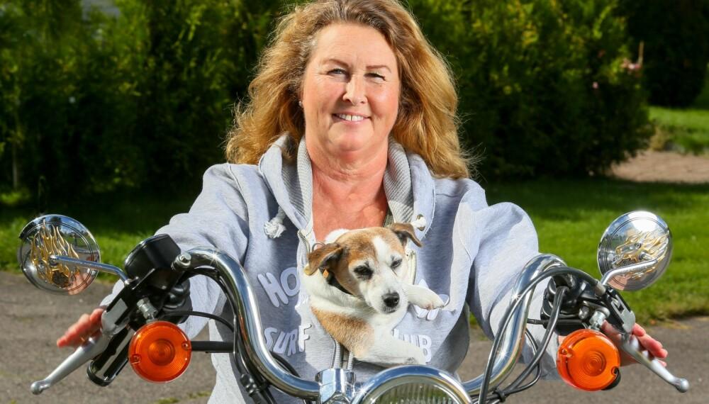 HJERTESVIKT: - Opplever du å bli sliten og tungpustet uten grunn, så søk legehjelp og ikke gi deg før du får hjelp, sier Kari Tangstad. Hun har pacemaker, kunstig hjerteklaff og diagnosen hjertesvikt, men lar ikke sykdommen stoppe seg i å gjøre det hun trives med, som å kjøre motorsykkel.