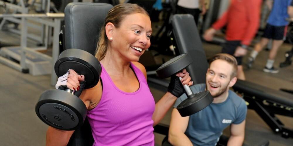 MENTAL PAUSE: ¿ Når jeg trener er det jeg som har kontroll over kroppen, og ikke omvendt, sier Silje. Hun gir personlig trener Mats Eggum (t.h.) mye av æren for at hun har klart å bli sterk og treningsavhengig.