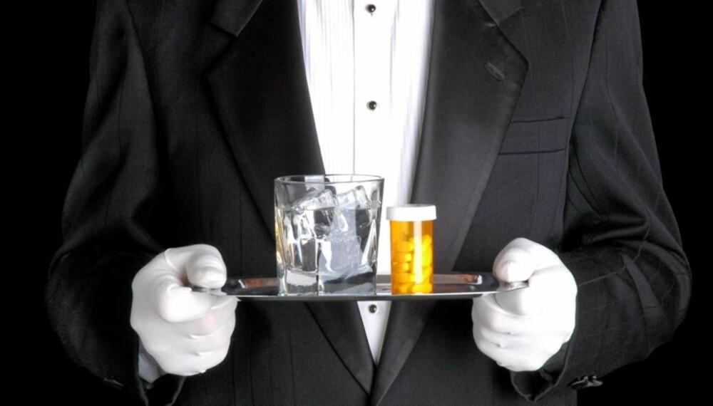 BRUK VANN: Skyll alltid ned medisinene med vann. Alkohol eller for eksempel grapefruktjuice sammen med medisinene kan få ubehagelige følger for deg.