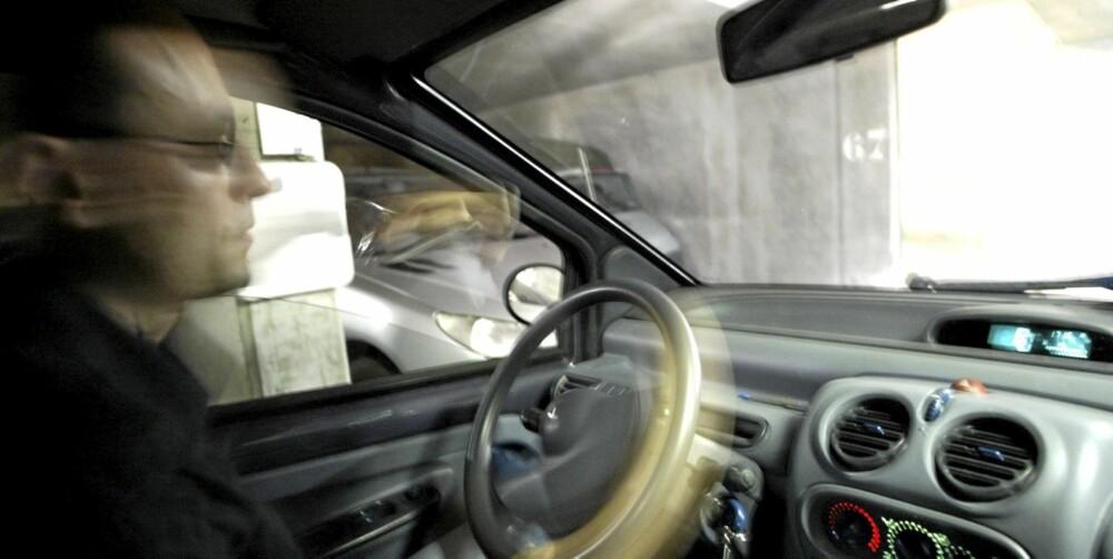 SØVNKJØRING: Å kjøre bil midt på natten i søvne, er en av de innrapporterte bivirkningene av sovemedisiner.