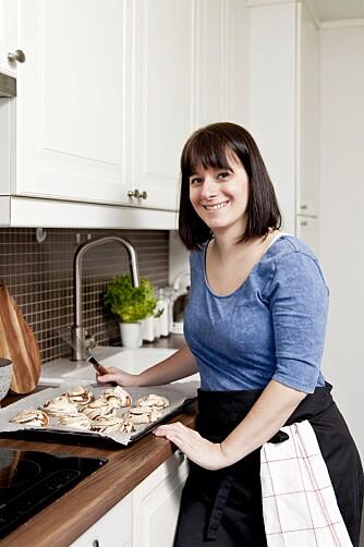 MAGEPROBLEMENE STARTET DA HUN VAR 4 ÅR: Kokebokforfatter Julia Døhlen Edin var innom alle mulige leger i oppveksten, men så fikk hun endelig svar på hvorfor hun alltid var så oppblåst. Nå gir hun ut en bok med magevennlige oppskrifter.