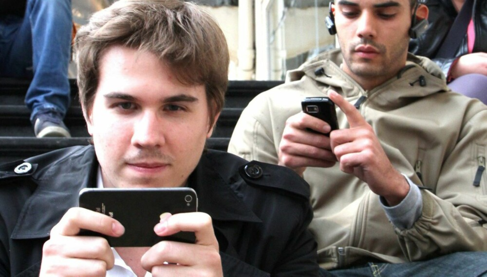 KOMMER TIL Å ANGRE: - Vi ser verden gjennom smart-telefonen: vi tar heller bilder enn å se det med egne øyne. Det er noe vi kommer til å angre bittert på, mener psykolog Morten Müller-Nilssen.