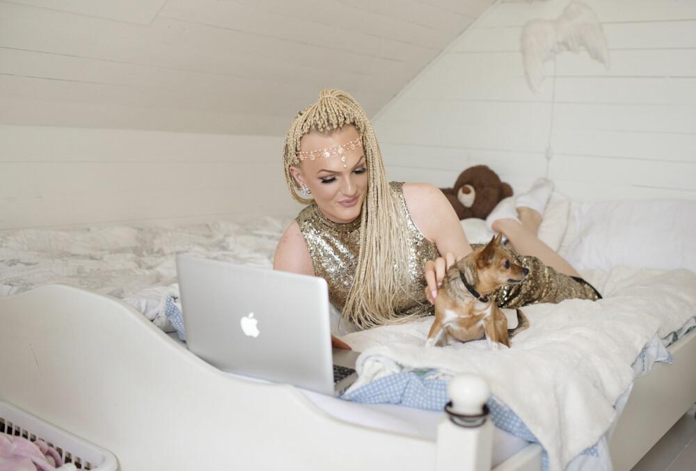 JENTEROMMET: Her trives Ava Leana godt. Hunden Lykke tribes også godt i sengevarmen. FOTO: Marie von Krogh