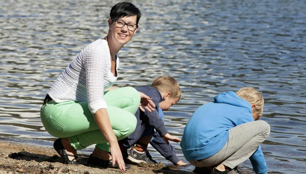 KRONISKE SMERTER: Marion Håland Kristensen er blitt bedre det siste året. Hun slipper å servere mat til barna med hørselvern og solbriller på seg. Hun har valgt å fokusere på den flotte familien, at hun tross alt har vært mer heldig enn mange andre med samme diagnose. Det kunne vært verre.
