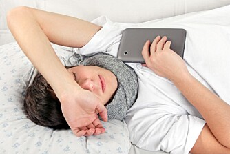 HELT NORMALT: Det behøver ikke være noe galt selv om tenåringen sovner på sengen etter skolen.