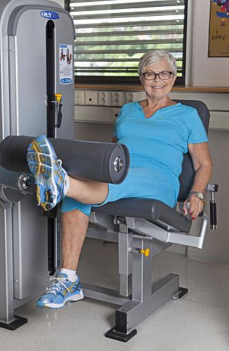 OPERERT: Helle Kenworthy, som har fått protese i kneet, trener flere ganger i uken. Tunge vekter går helt fint. FOTO: Anne Elisabeth Næss