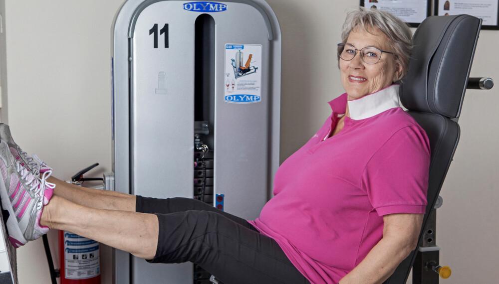 FRISKE KNÆR: Med smarte øvelser. For Arna Bratteberg (71) er styrketrening avgjørende. FOTO: Anne Elisabeth Næss.