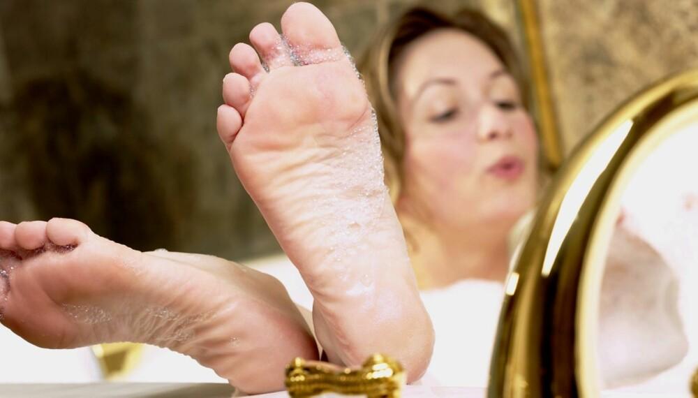 SMØR FØTTENE: Ved hard hud er det viktig med regelmessige fotbad, og føttene må også smøres og files morgen og kveld.