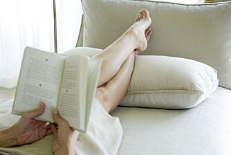 BEINA OPP: Har du hovne bein, hjelper det å hvile beina høyt.