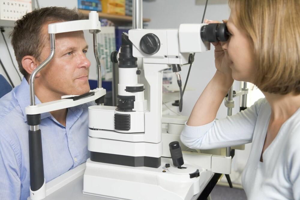 ØYESJEKK: Når du er mellom 40 og 55 år skjer det mye med synet, og det er anbefalt å sjekke synet hvert år