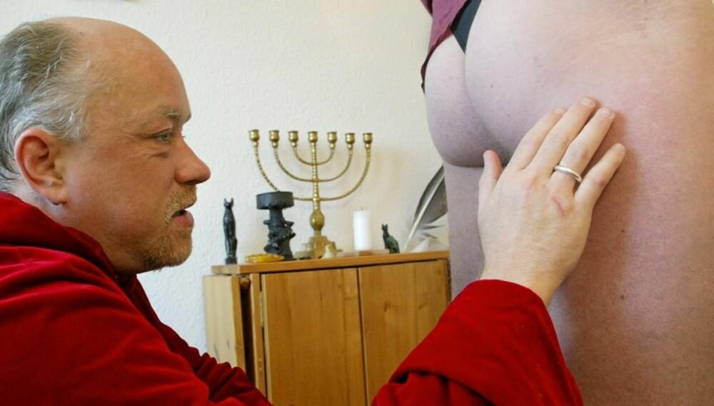 FØLER SEG FRAM: Rumpolog Ulf Buck er blind og spår ved å ta og føle på folks nakne rumper.