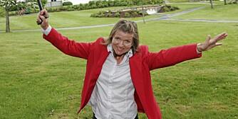 HENRYKT: Eva Botnen har nå kunnet kaste stokken. - Det oppleves som et lite mirakel å kunne bevege seg så smertefritt, sier hun. (Foto: Bjørn Lunde)