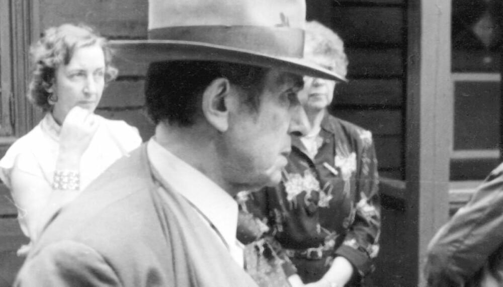 HEKTISK PÅ SVARGA: Marcello Haugen i hektisk møtevirksomhet. Han likte å være omgitt av kvinner.
