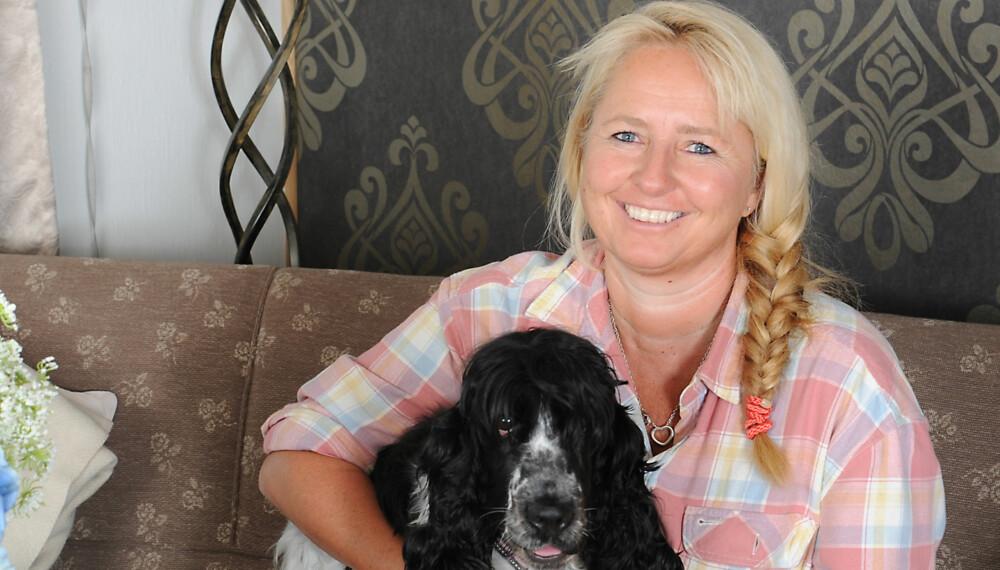 TAKKNEMLIG: Anne Katrine tenker ofte på hvor privilegert hun er som får de medisinene og den behandlingen hun trenger. Her med hunden Luna. FOTO: Marianne Otterdahl-Jensen