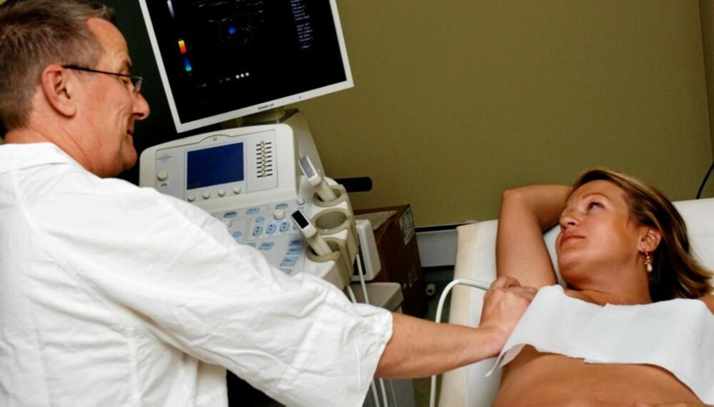 FRISKERE ENN ANTATT: Kathrine Kruger tar en generell helsesjekk og kan, som de fleste av Tor Austads pasienter, puste lettet ut.