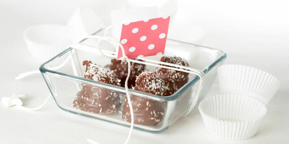 KLASSIKER: Kokosboller er fine å gi bort, men veldig gode å spise selv også...