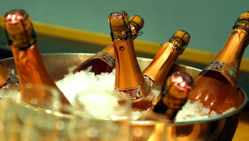 KJØLIG: Musserende vin skal serveres på den kjølige siden.