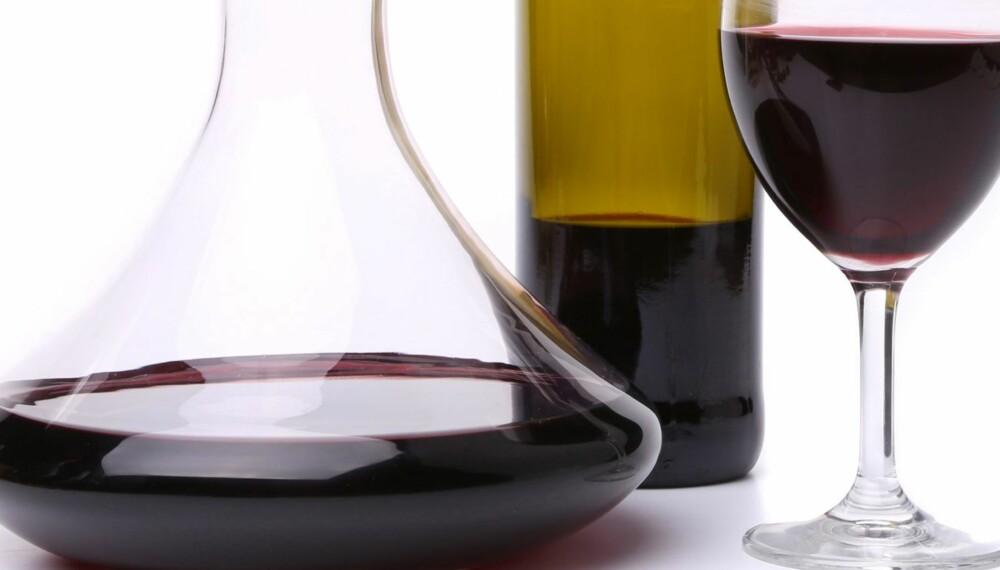 DEKANTERING: En karaffel som er vid nede gir vinen større kontakt med luft.