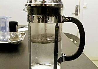 FORVARMING: Start med å varme opp kannen med varmt vann. Da får du riktig bryggetemperatur