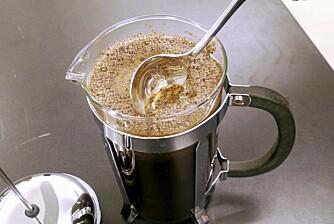 RØR NED: Rør ned skorpen med en skje slik at all kaffen synker ned til bunnen.