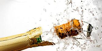 EKSPLOSIVT: Det finnes riktige og gale måter å åpne champagneflasken på. Har du sabel, kan du prøve deg på en fransk åpning, men da går du glipp av noe...