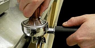 IKKE HARDT: Pakk kaffen rett og godt sammen. Det er ikke nødvendig med hardt trykk.