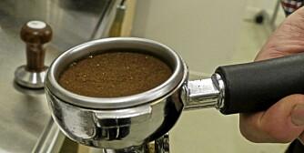 EKSPANDERE: Dosér  akkurat så mye kaffe at det er litt plass igjen i filteret. Da har kaffen plass til å ekspandere.