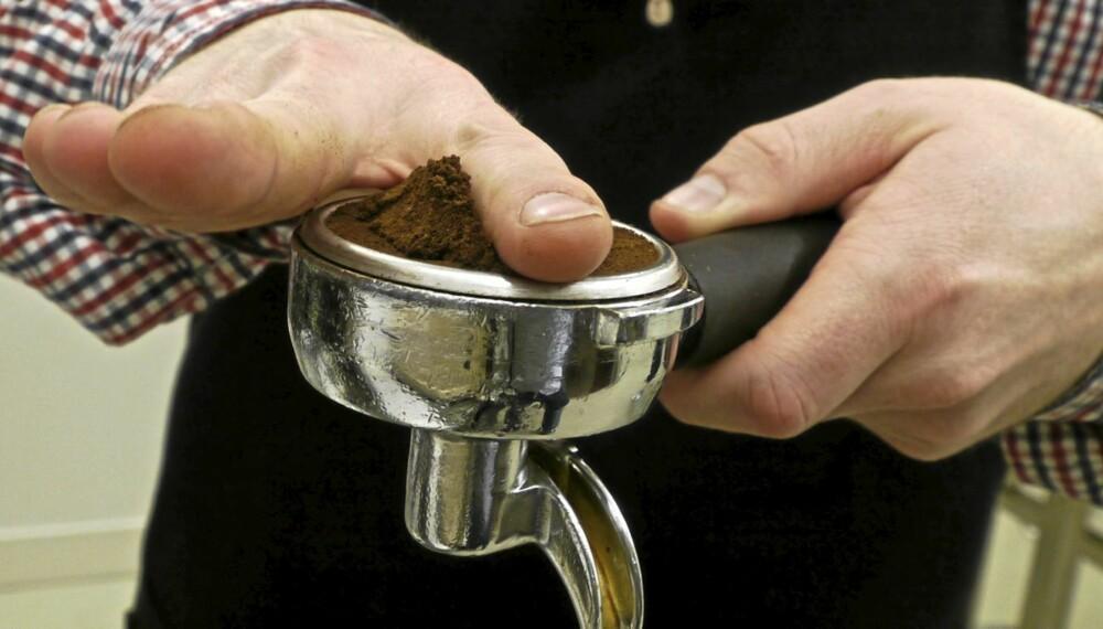 FORDEL JEVNT: Fordel kaffen jevnt i filteret og stryk av med fingrene. Blir det skjevt finner vannet veien gjennom laveste punkt.