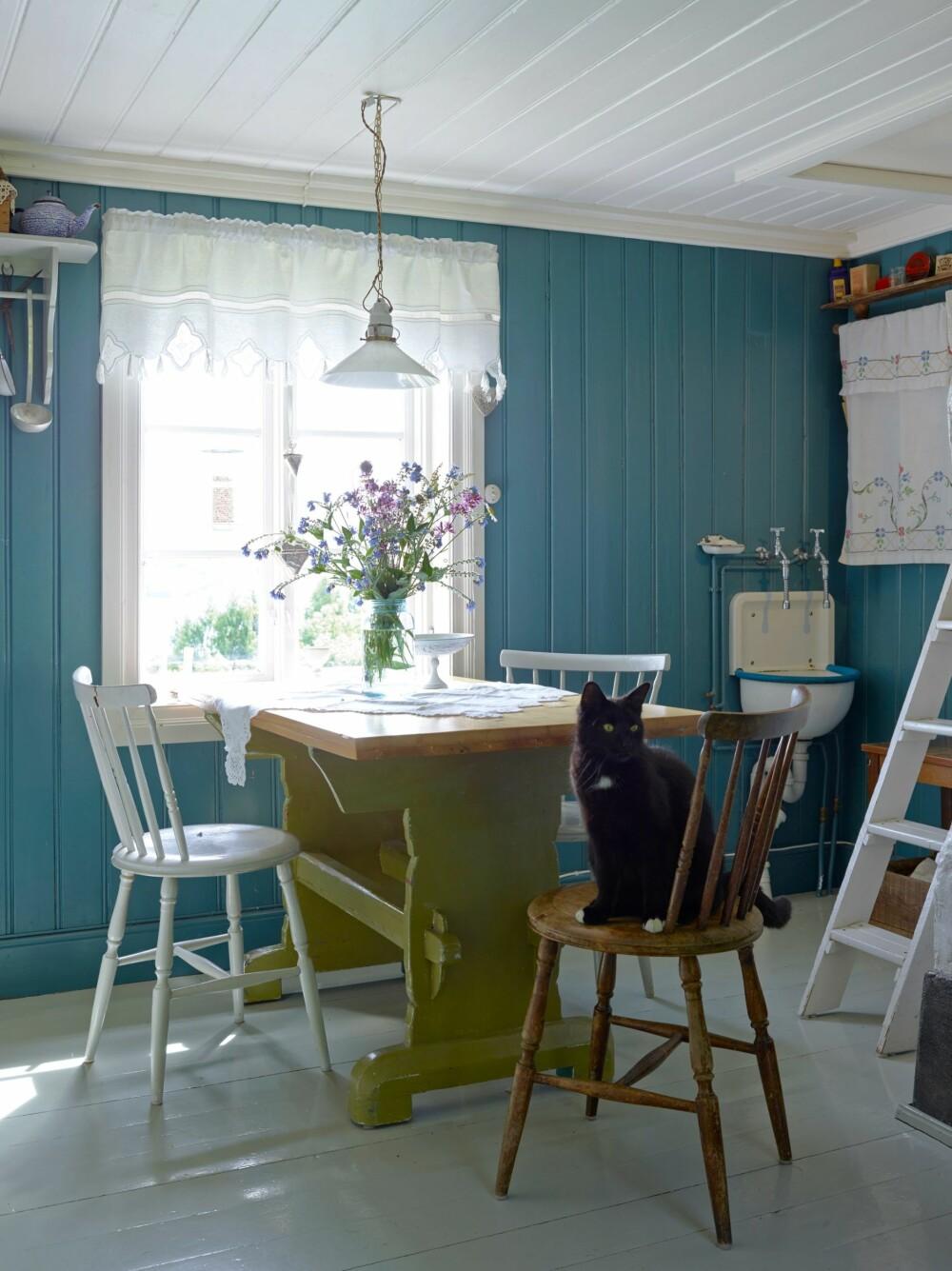 MORGENSTUND: Ved kjøkkenbordet nytes morgenkaffen med utsikt  over Mjøsa. Til høyre er stigen som går opp til soverommet på hemsen.