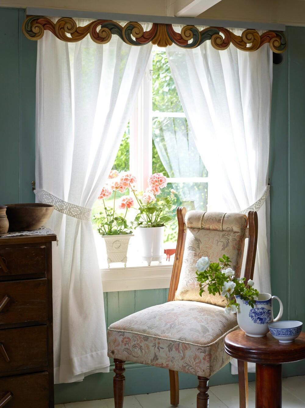 LAV TAKHØYDE: En duft av gamle dager, med pelargonia i vinduskarmen. Stuen er som den var, lavt under taket – 1,80 meter under bjelkene.