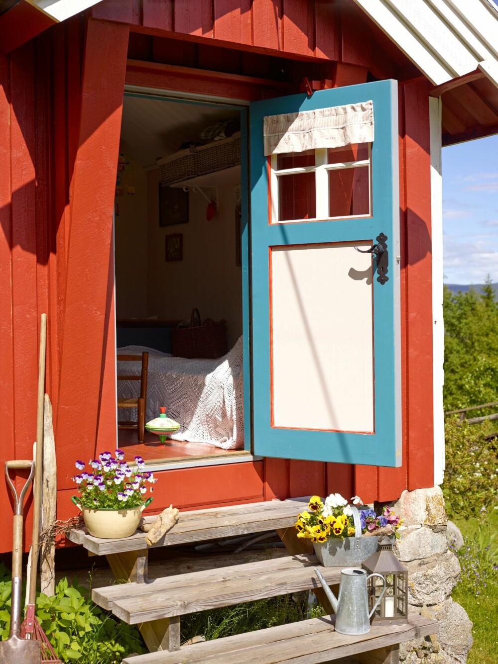GJESTEHUS: Den lille bua som den tidligere eieren brukte til  atelier, er nå trivelig gjestehus for barn og barnebarn.
