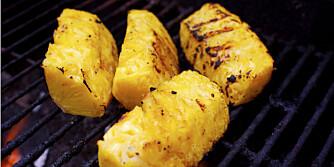 Tips til grillet ananas: Dypp de ferdige ananasskivene i ristet kokos eller ristede nøtter før servering.