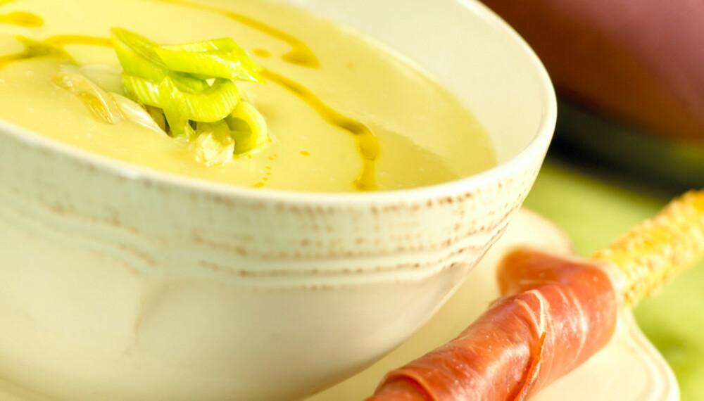 ENKELT OG GODT: Potet- og purresuppe lager du i en fei og smaker godt.