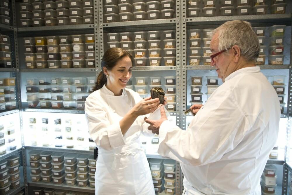 FAR OG DATTER: På restaurant Arzak har de et enormt skattekammer av krydder og andre ingredienser fra hele verden.