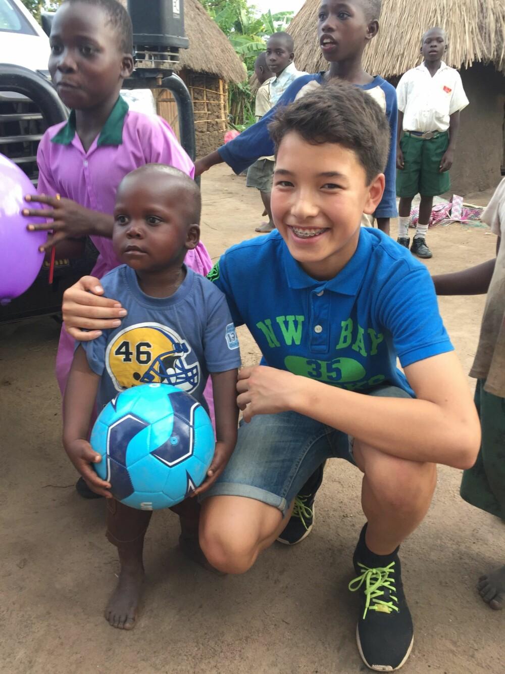 STORE FORSKJELLER: Erlend Fredheim besøkte Uganda og fikk se hvor ulikt livet hans i Norge er fra det skolebarna der lever hver dag.