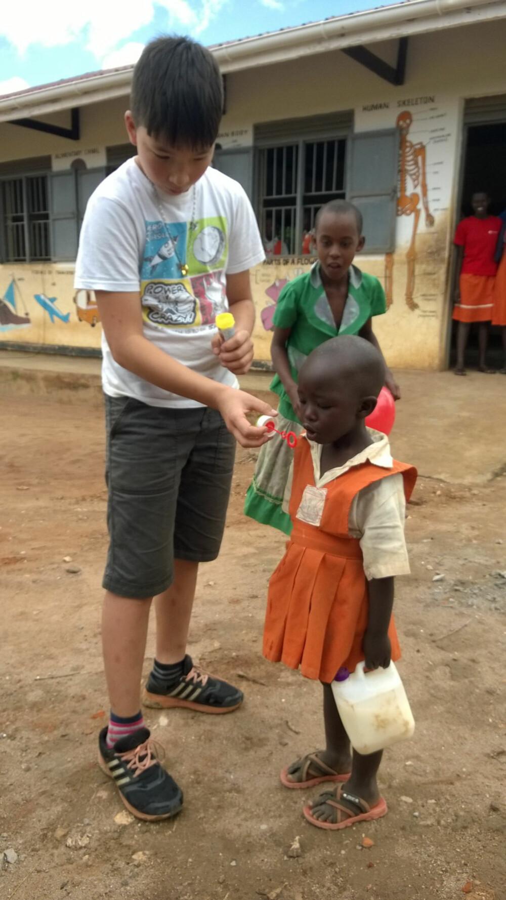 BARNEHAGE: På Natigi School har de også en liten barnehage. Even hjalp denne lille jenta med å blåse såpebobler. I hånda holder hun skolematen sin; en kanne med melk.