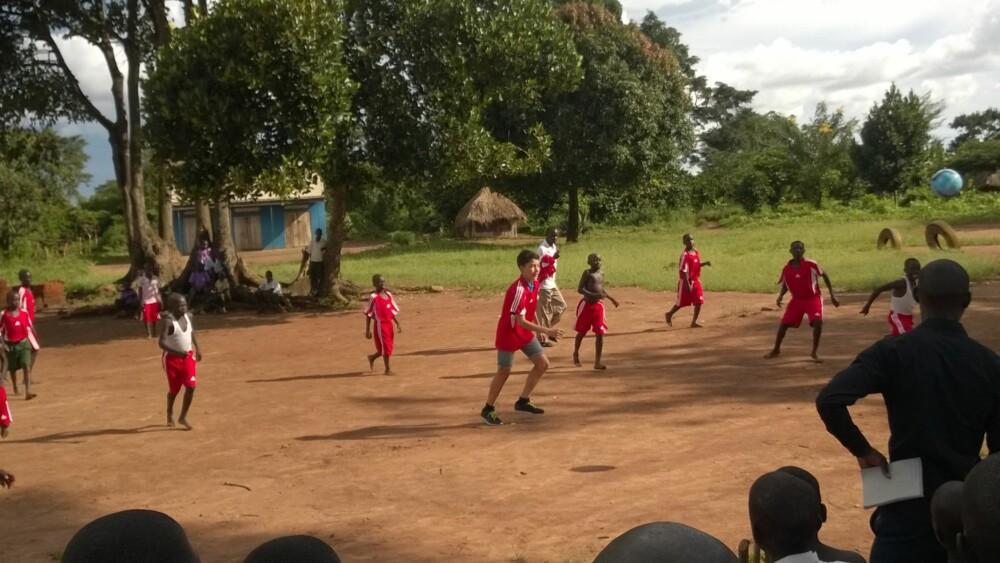 FOTBALLKAMP: Erlend får prøve seg på skolelaget. De andre spillerne var sjenerøse nok til å la ham få spille med sko.