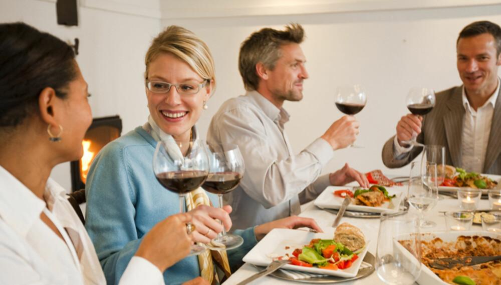 KUNSTEN Å HOLDE SELSKAP: I gamle dager var det ansett som stor kunst å avholde omfattende middagselskap. Ikke uten grunn, det er mye som skal klaffe for at både vertskap og gjester skal være komfortable.