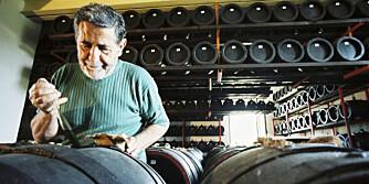 FADERLIG: Guiseppe Cattani tester kvaliteten på balsamico med en spesialpipett.