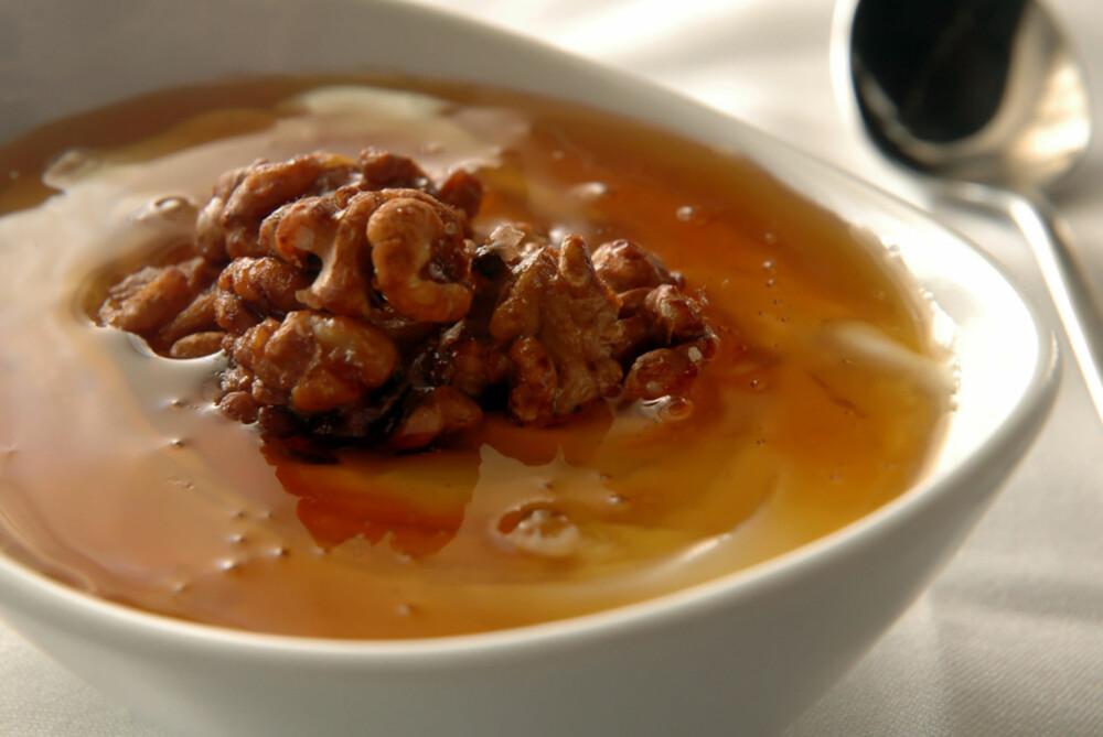 GRESK: Yoghurt med valnøtter og en kraftig, flytende honning kan spises både til frokost og dessert.