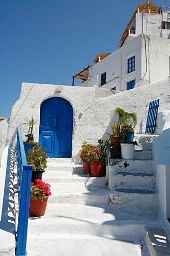 POSTKORT-STEMNING: Når besøket på tavernaen er over, er det tid for spasertur. Her fra Santorini.